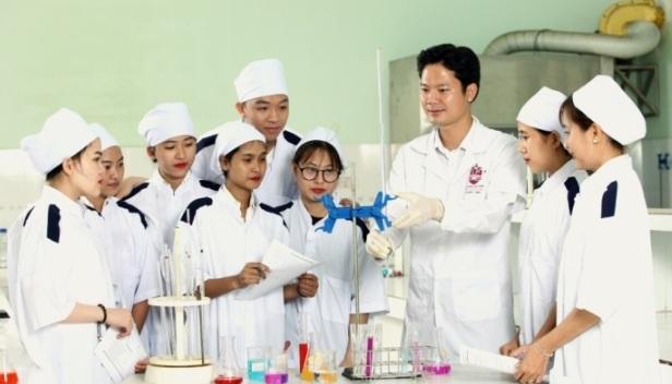 thầy và trò ngành dược sĩ trung cấp
