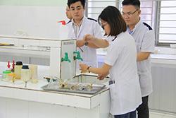 học sinh ngành dược sĩ đang xử lý dụng cụ thực hành