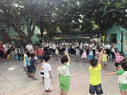 các em học sinh mầm non vui chơi ở sân trường