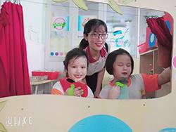 học sinh sư phạm vui chơi cùng các trẻ mầm non