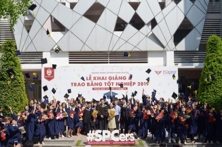 nghi thức tung nón trong lễ tốt nghiệp