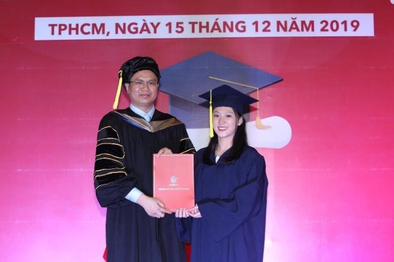 trao bằng tốt nghiệp cho học sinh