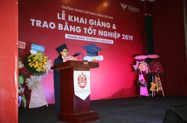học sinh phát biểu tại lễ tốt nghiệp