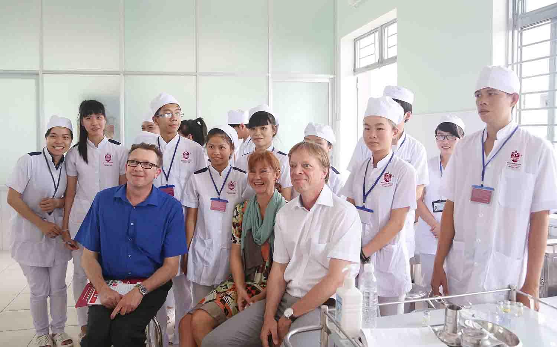 chuyên gia nước ngoài thăm học sinh y sĩ đa khoa