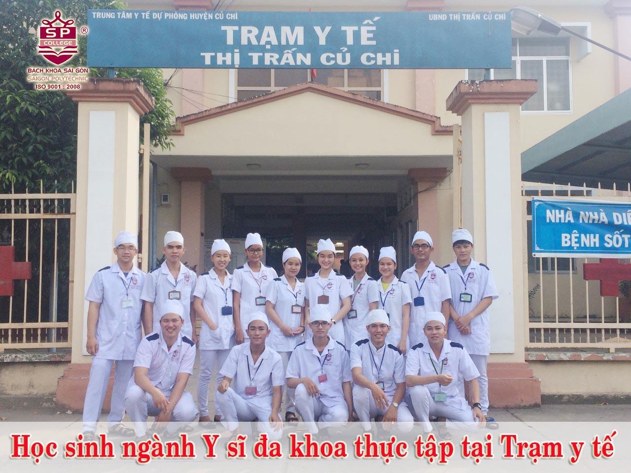 học viên ngành y sĩ đa khoa thực tập tại trạm y tế