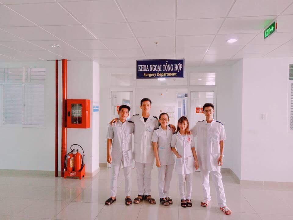 sinh viên y sĩ đa khoa thực tập tại bệnh viện