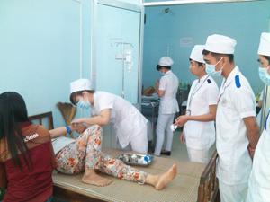 học viên ngành Trung cấp Y thực tập tại cơ sở y tế