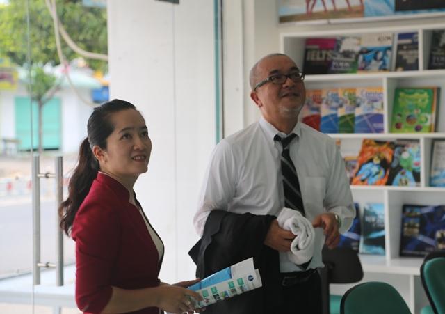 Cô Trần Thị Thúy Hằng - Phó Hiệu trưởng Nhà trường trao đổi với Ông Ichizo