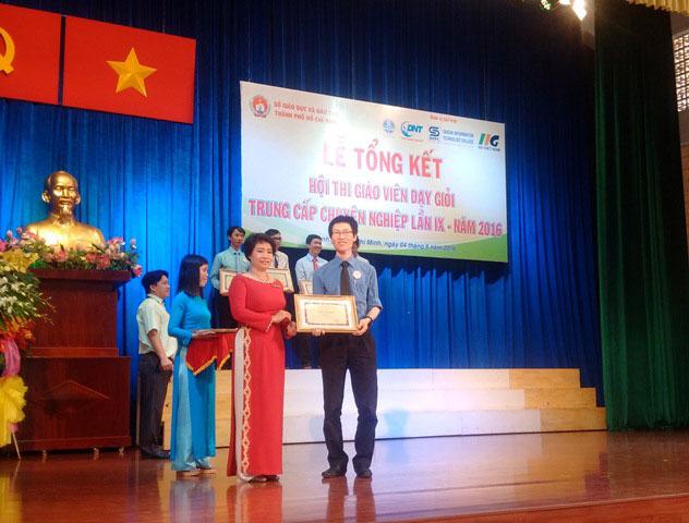 Thầy Mai Văn Vĩnh chụp hình lưu niệm cùng lãnh đạo Sở Giáo dục