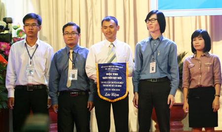 Đoàn Trường TC Bách Khoa Sài Gòn nhận cờ lưu niệm do Ban tổ chức Hội thi trao tặng