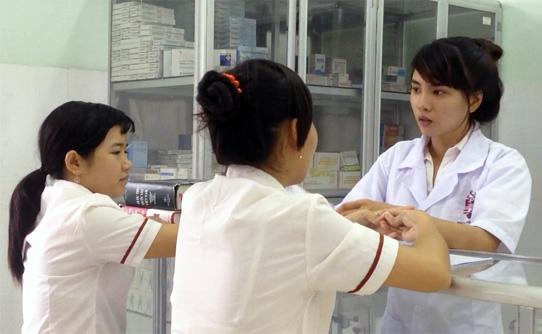 Nhân viên bán thuốc và tư vấn chuyên nghiệp ngành Dược
