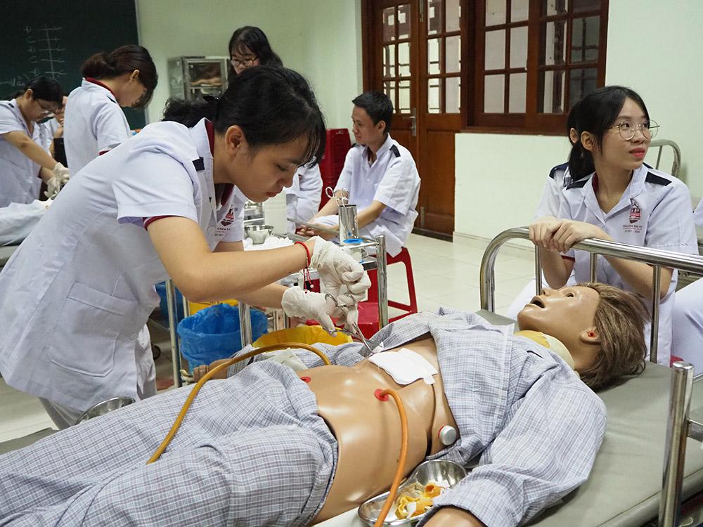 sinh viên trường bách khoa sài gòn thực hành tại trường