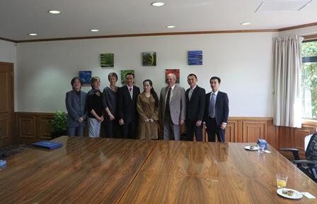 Giáo sư, Tiến sĩ Wayne Edwards đón tiếp Ts Châu Văn Dưỡng cùng Ban Giám hiệu  Trường TC Bách Khoa Sài Gòn (SPC)