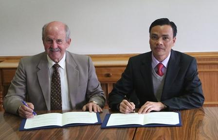 Giáo sư, Tiến sĩ Wayne Edwards và Ts Châu Văn Dưỡng, đại diện cho Học viện IPC và Trường TC Bách Khoa Sài Gòn (SPC) ký kết hợp tác đào tạo quốc tế