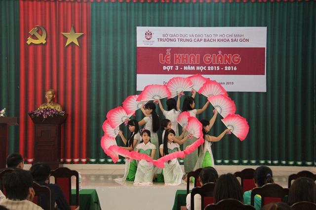 Tiết mục múa của Giáo sinh Khoa Sư phạm mầm non phục vụ chương trình Khai giảng đợt 3