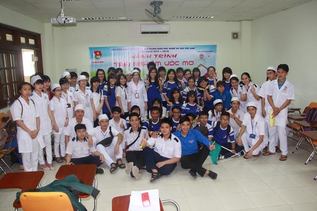 Chụp hình Lưu niệm với Ban Tổ chức, quý thầy cô và các anh chị SV Điều Dưỡng